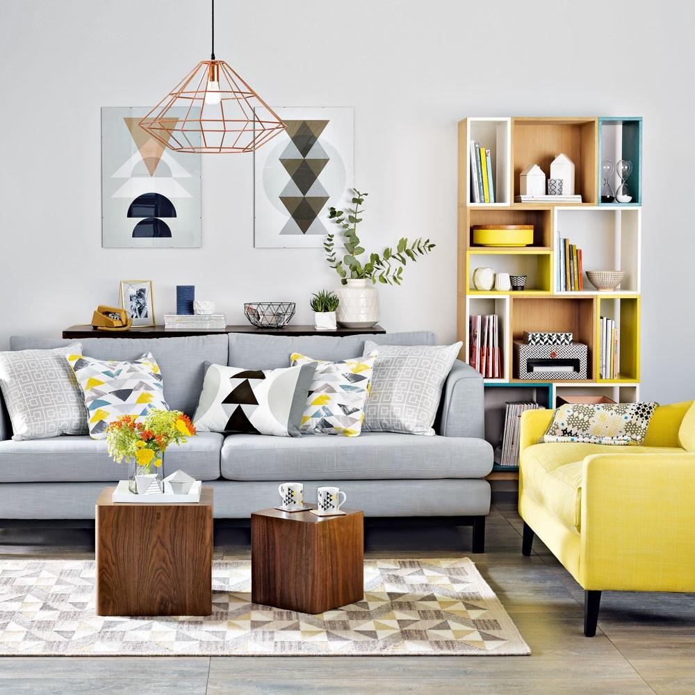 Geometrische vormen grijs in een woonkamer, gecombneerd met houte kubustafels