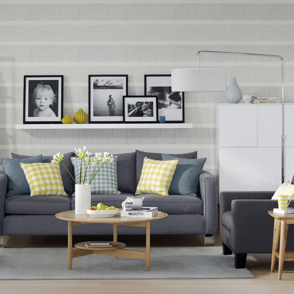 Grijs behang met grijs bankstel en grijs tapijt verschillende tinten maken het super mooi