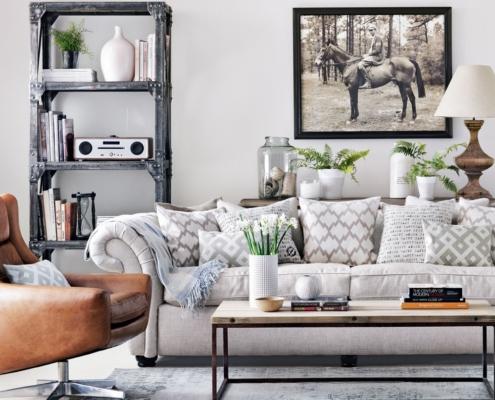 Grijs chesterfield bankstel gecombineerd met industriele look fauteuil en tafel