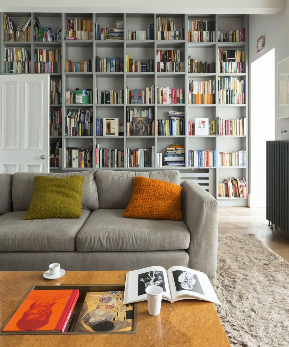 Grijze meubels in woonkamer met grijze boekenkast