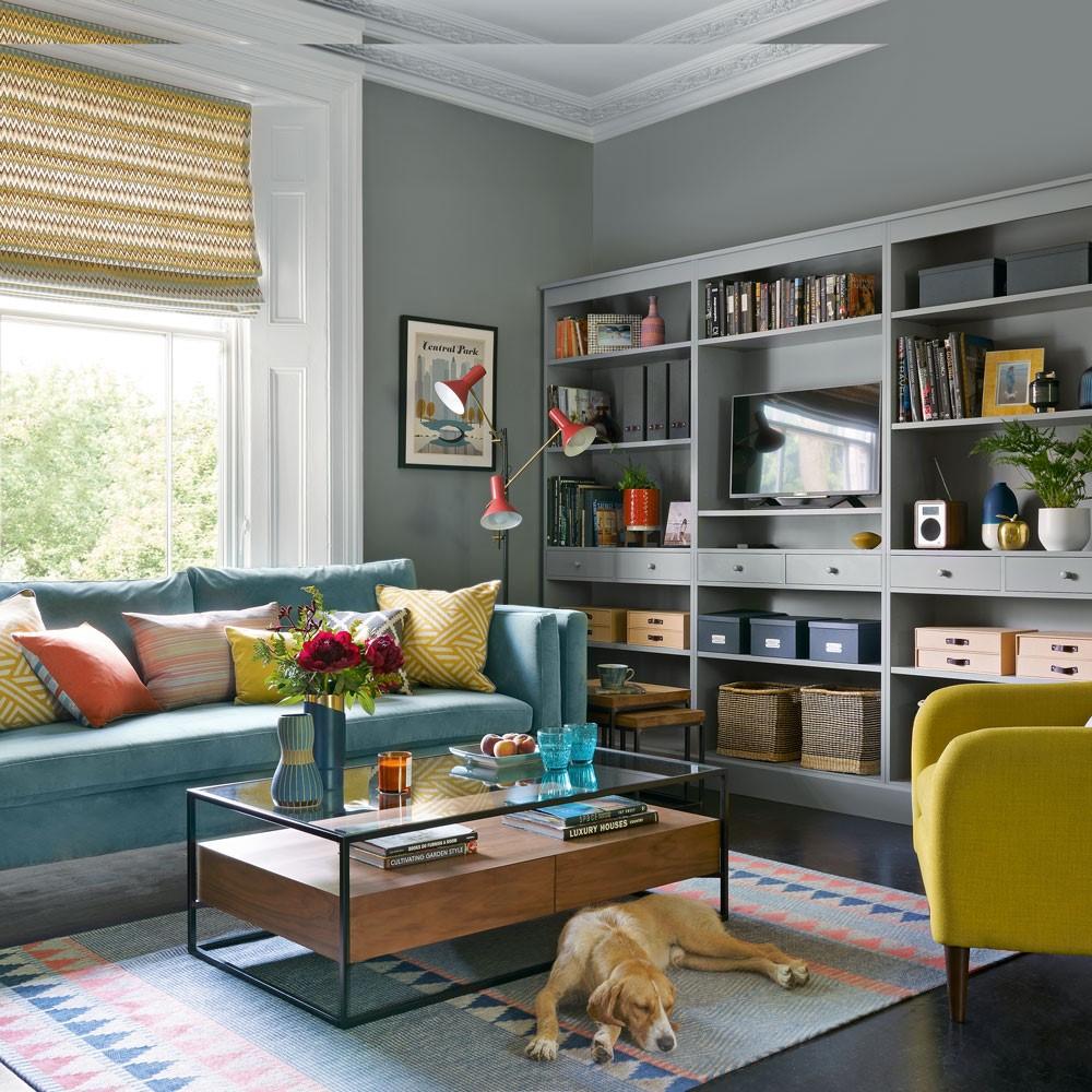 Grijze muur met kleurrijk tapijt, past in iedere woonkamer