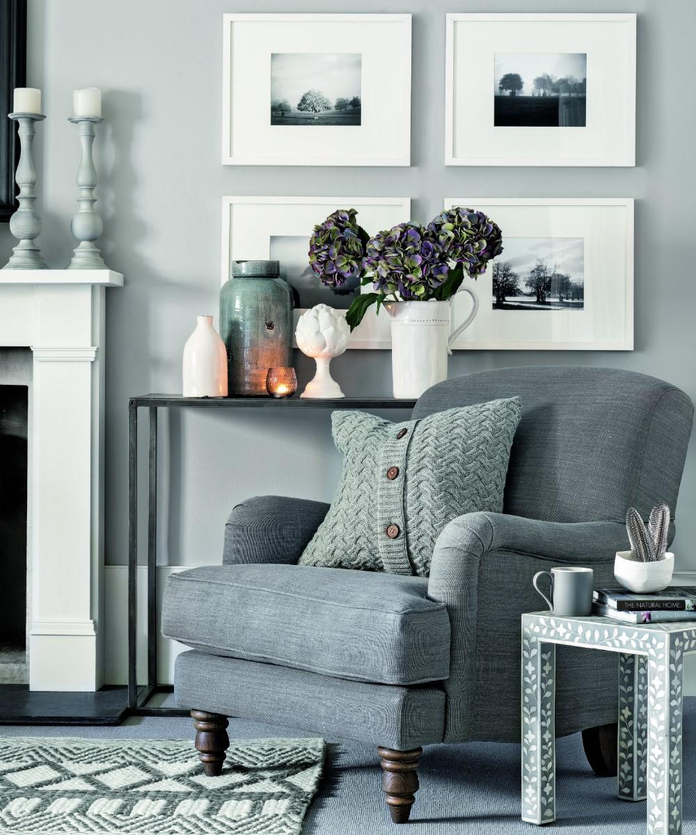 Grijze pastel kleuren in tapijt, woonkamer, meubels en muur werkt echt