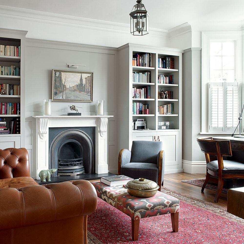 Klassieke meubels gecombineerd met een grijze wand en kleurrijk tappijt