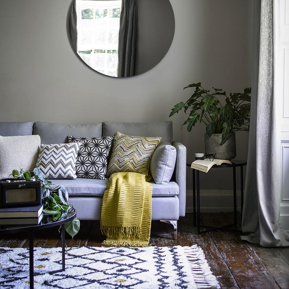 Woonkamer met grijze muur en een grijs gordijn, eenvoudig design