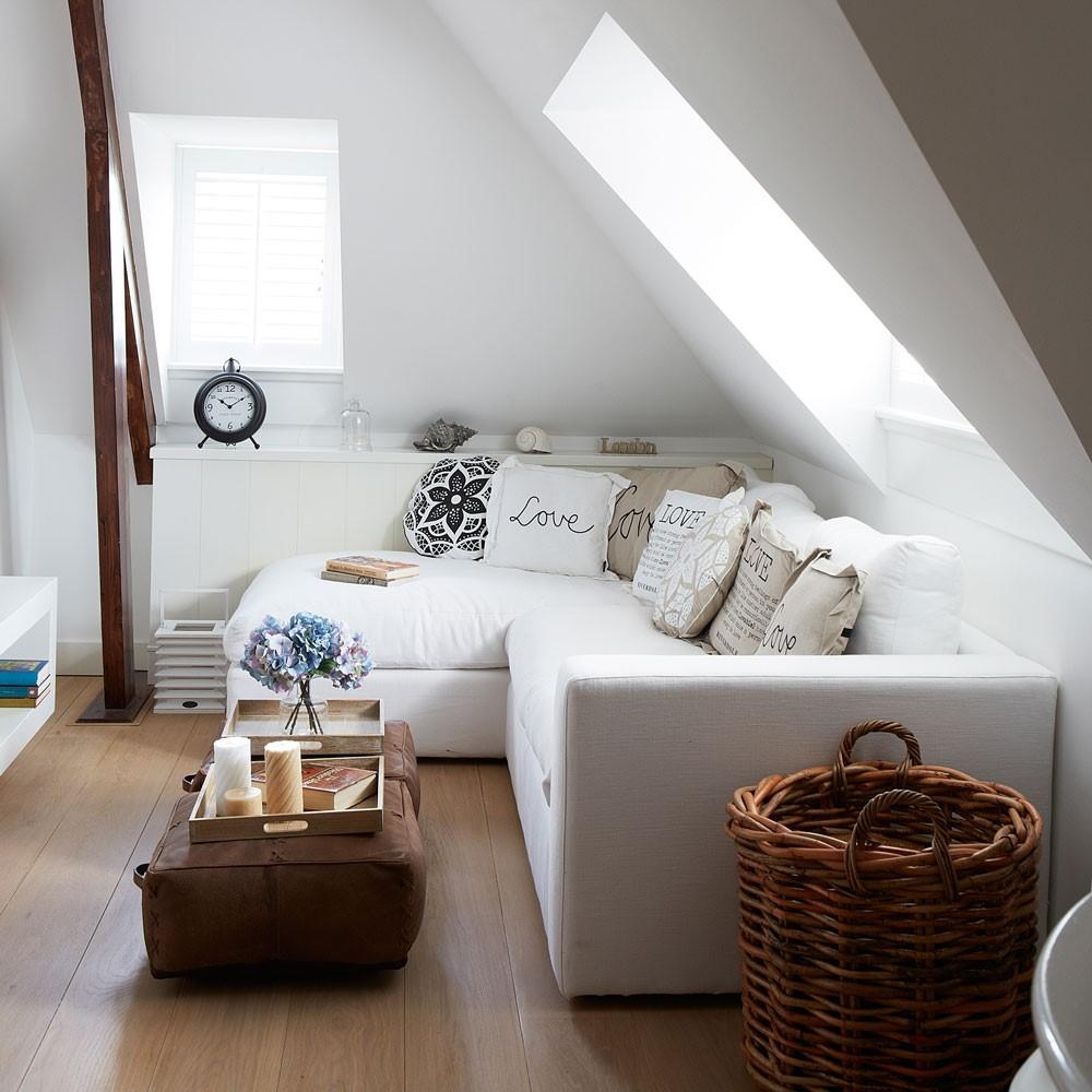 Kleine hoekbank in kleine zolderkamer
