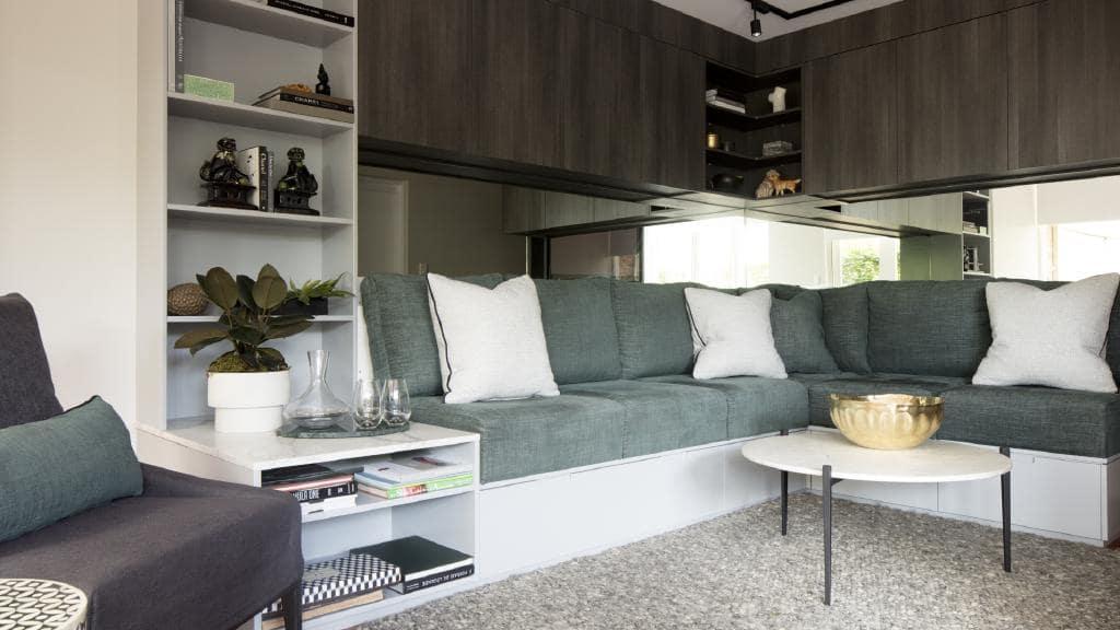 Kleine woonkamer met opslag boven de bank
