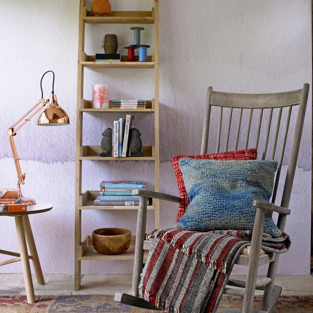 vintage houten stoel in woonkaer met mooie muur