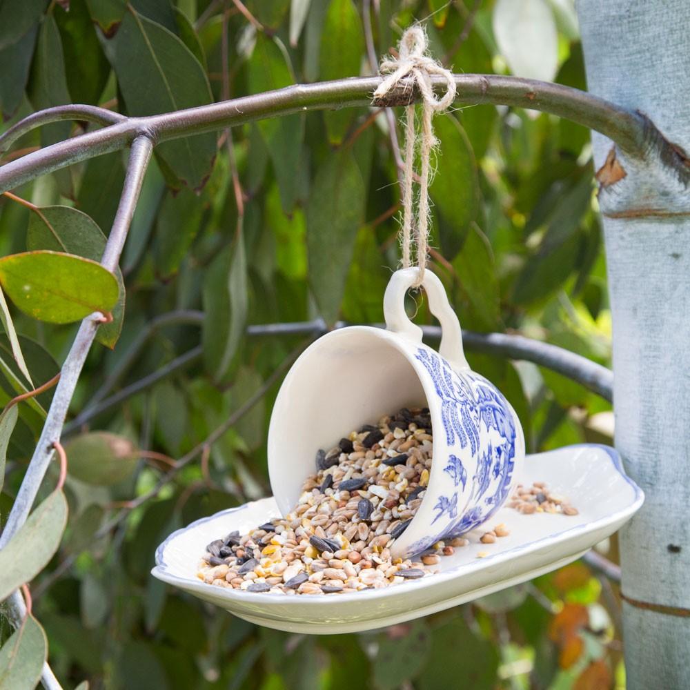 Alternatief vogelhuisje DIY kopje met schoteltje om vogels te voeren