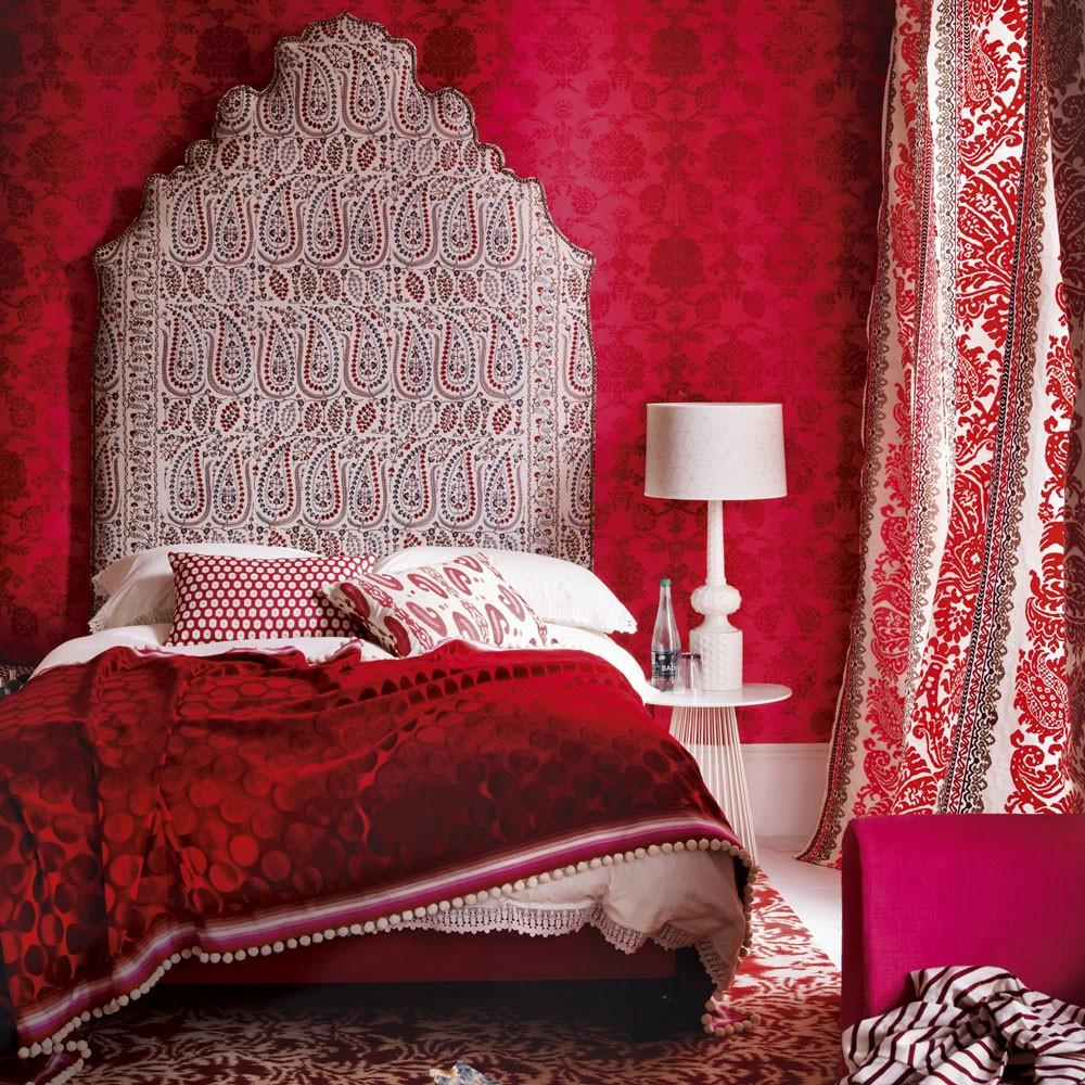 Dieprode kleur slaapkamer, let op dat het niet te druk wordt