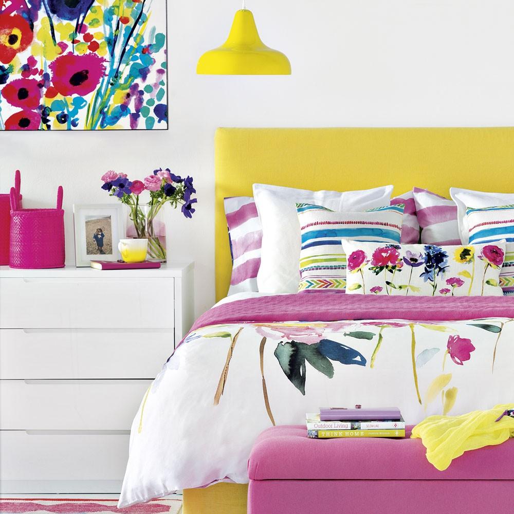 Fel gekleurde slaapkamer gecombineerd met rustgevend wit