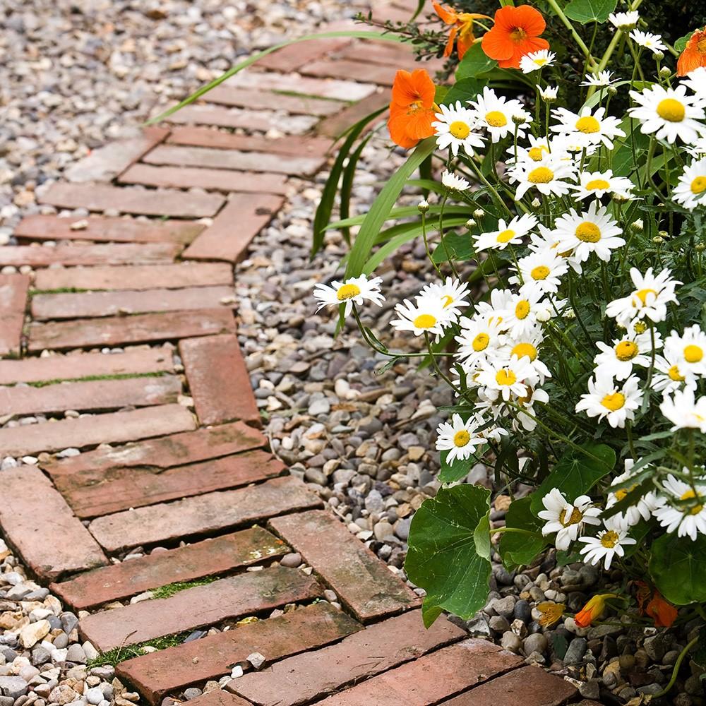 In de tuin zelf een tuinpad aanleggen met oude stenen
