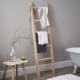Ladder tegen muur in badkamer
