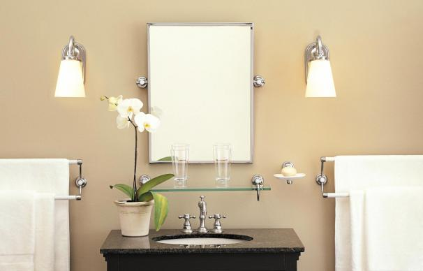 Lampen langs de spiegel in de badkamer