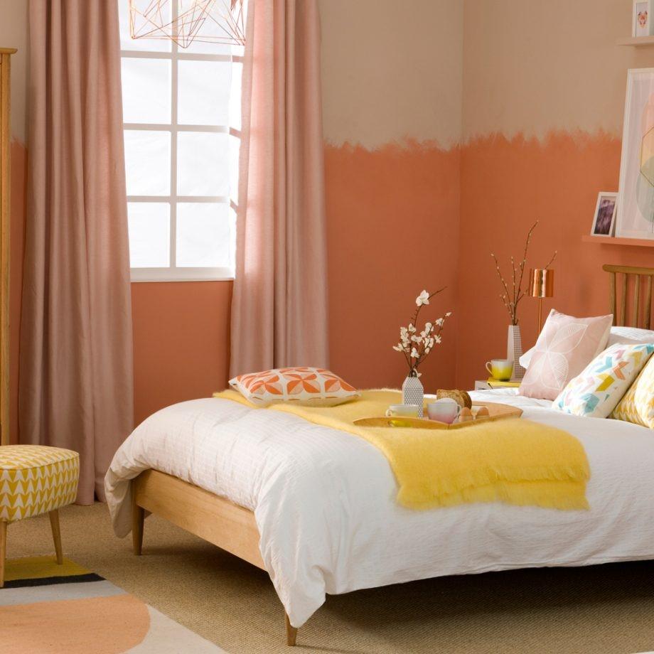 Oranje decoratie en met spons geverfde slaakamer muren, heerlijk mooi toch