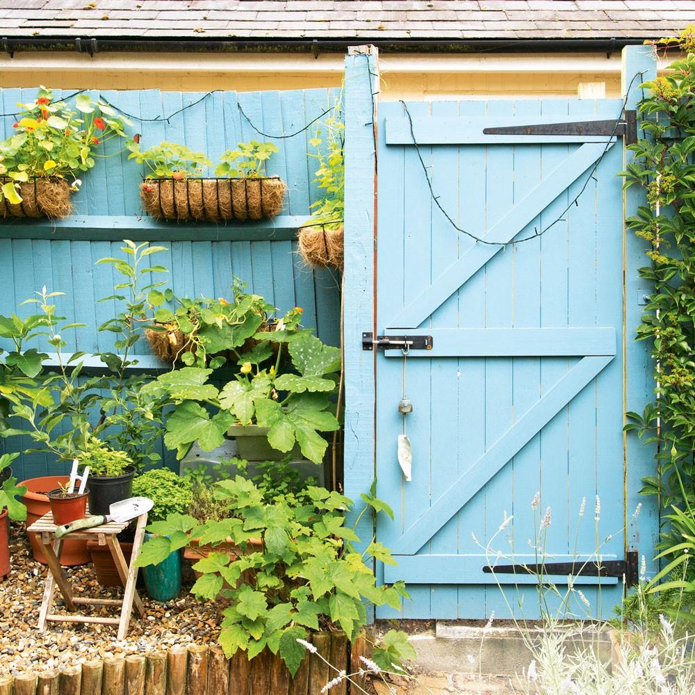 Schutting verven in leuke kleur om deze bij je tuin te laten passen