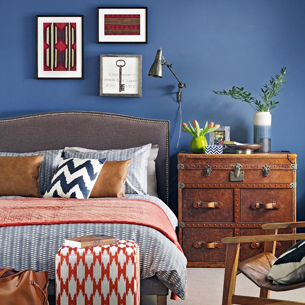 Slaapkamer met diverse natuurlijke kenmerken, leren kastjes en decoratiekussens