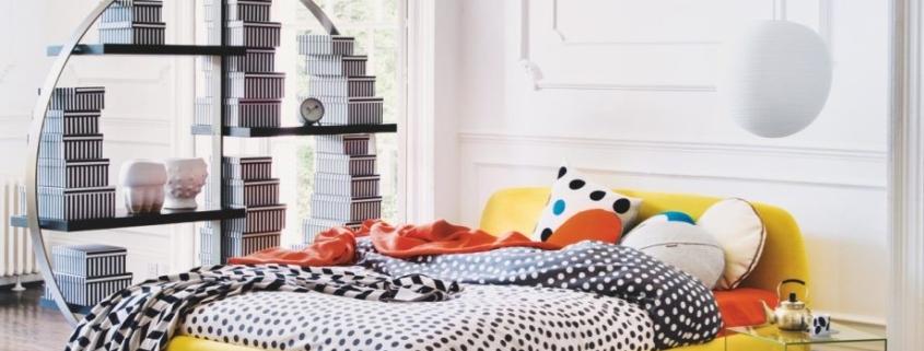 Slaapkamer met geel bed wat overkomt als het zonnetje in je slaapkamer, heerlijk