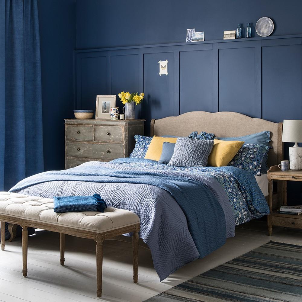 Slaapkamer met grijs, blauw en geel gecombineerd met klassieke details