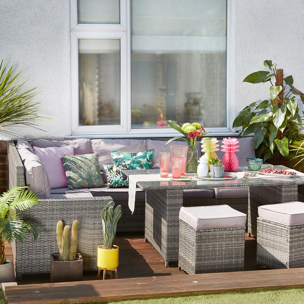 Vernieuw je tuinmeubilair door gebruik te maken van kussens in leuke moderne kleuren