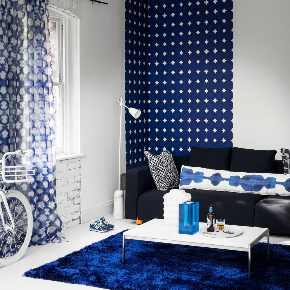 Vertikaal behang in de woonkamer als decoratie