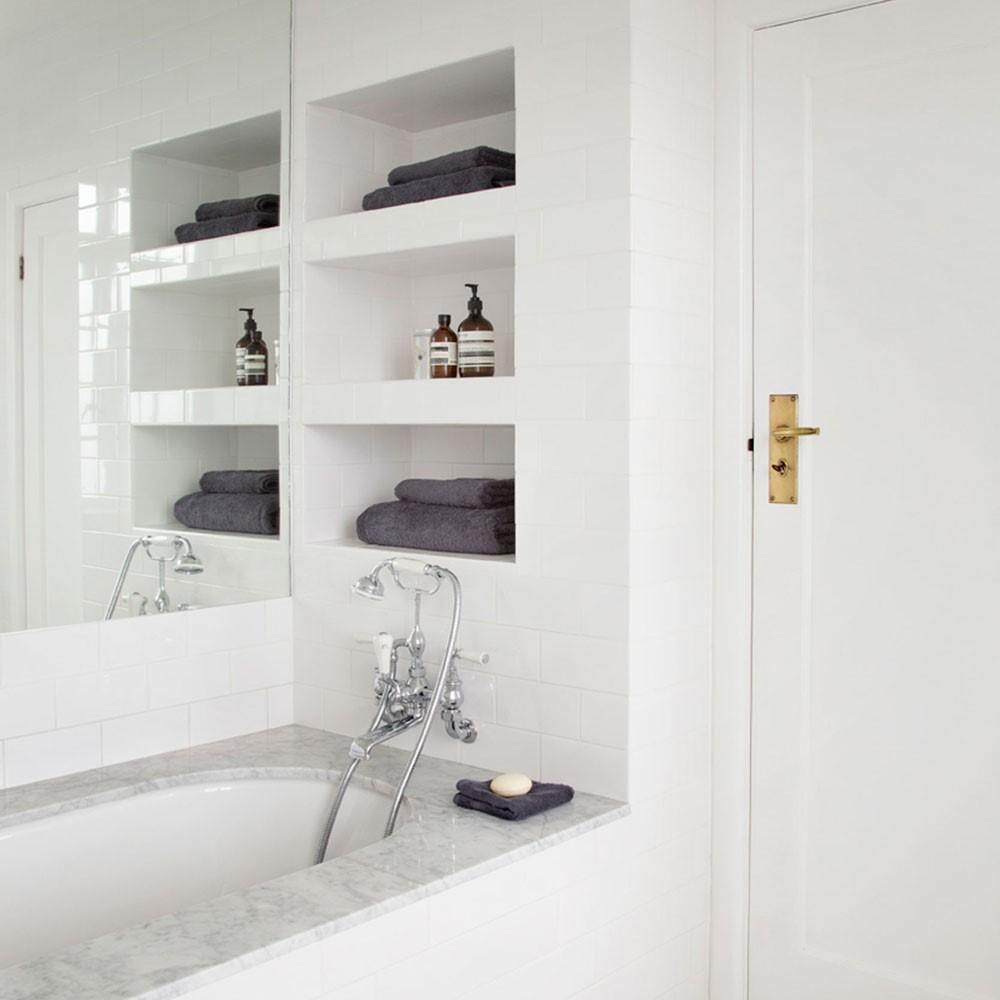 Verzonken planken in de muur van de badkamer