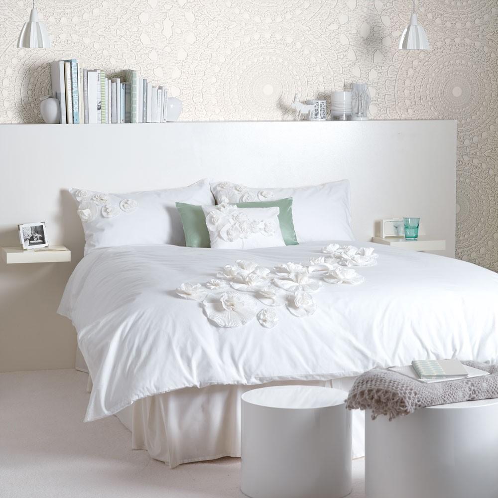Volledig witte slaapkamer, maak accenten met decoratie en behang