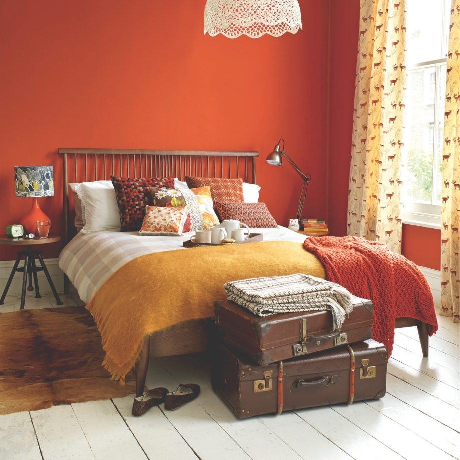 Warm oranje slaapkamer met dierlijke accenten van leer en huid