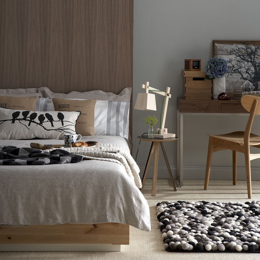 Warme slaapkamer door gebruik van houd en beige tinten in combinatie met grijs