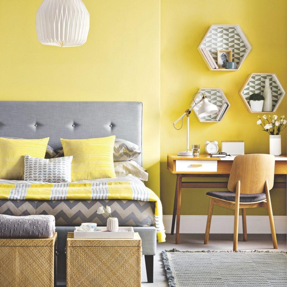 Zonnige slaapkamer door het gebruik vn geel in cobinatie met grijs en geen saaie vormgeving